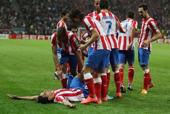 Todos los jugadores del Atlético abrazaron al 'Tigre'.
