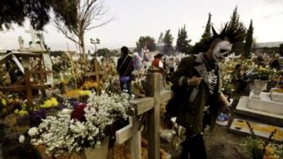 Los panteones mexicanos se llenan de familiares que van a visitar a sus...