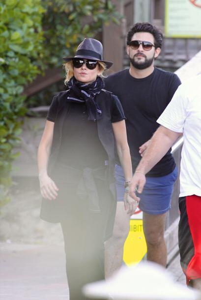 Paulina vistió de negro de pies a cabeza - con todo y sombrero. Mira aqu...