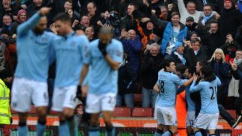 EL Manchester City celebra el gol de Zabaleta para vencer al Stoke.