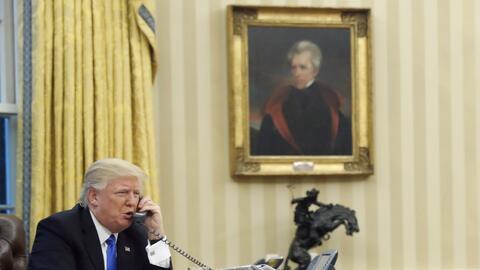 Donald Trump delante del retrato de Andrew Jackson en el despacho oval.