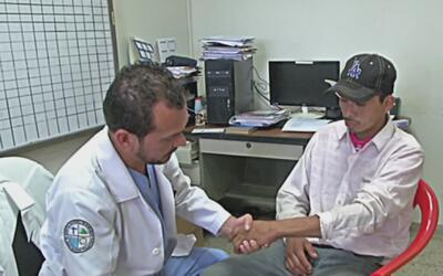 Talentoso cirujano elige el altruismo antes que la fama de operar en las...