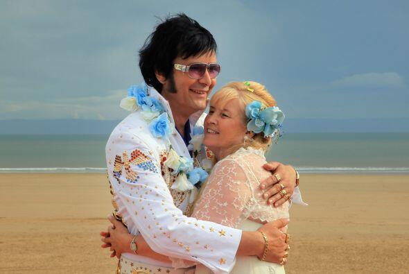 ¿Otra boda de Elvis? Sí, pero ¡en la playa! lo que le da al evento un to...