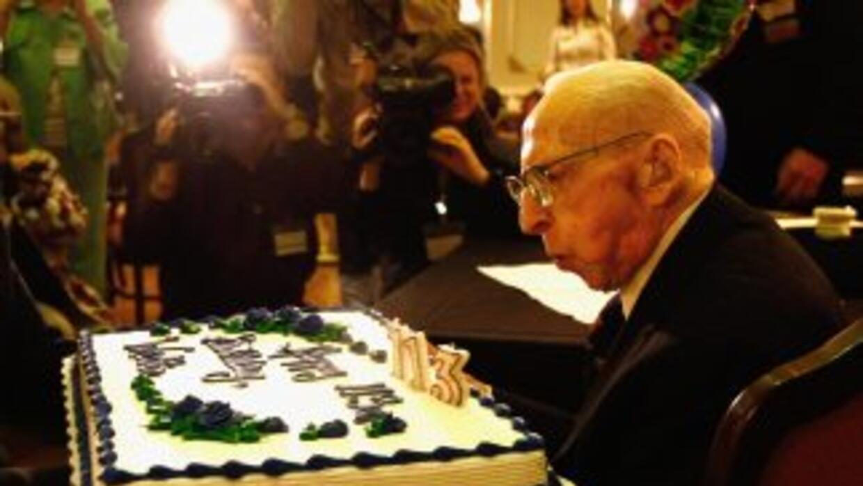 Walter Breuning sopla las velas. Fue el año pasado, cuando cumplió 113 a...
