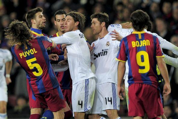 Ramos incluso le metió un manotazo en el rostro a Puyol con el qu...