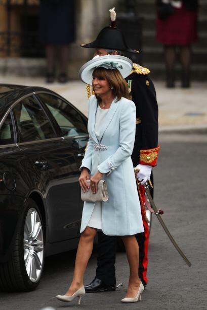La madre de la novia, Carole Middleton llegó sonriente a la Abad&...