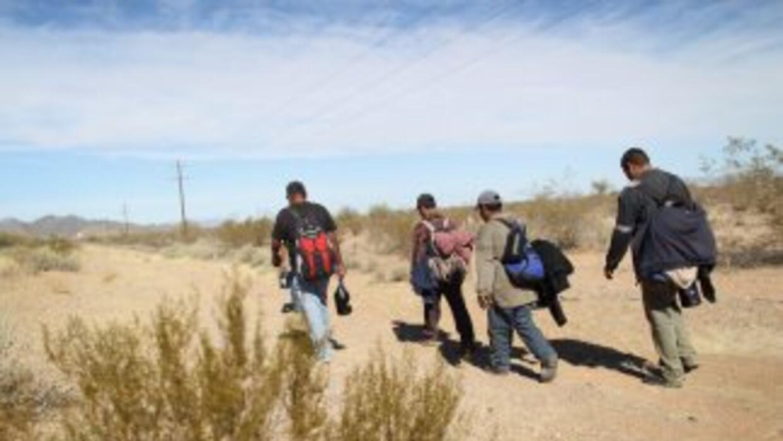 Cientos de migrantes cruzan por México en su intento por llegar a Estado...