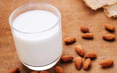 Qué tan saludable es cambiar la leche de vaca por la leche de almendras