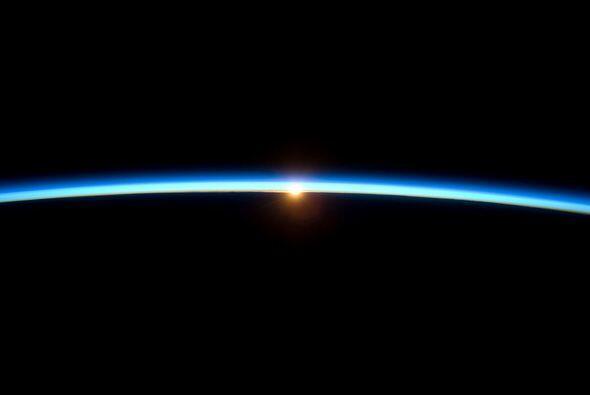 La delgada línea de la atmósfera de la tierra y el sol pon...