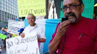 Decenas de guatemaltecos protestan en frente del Consulado General de Gu...