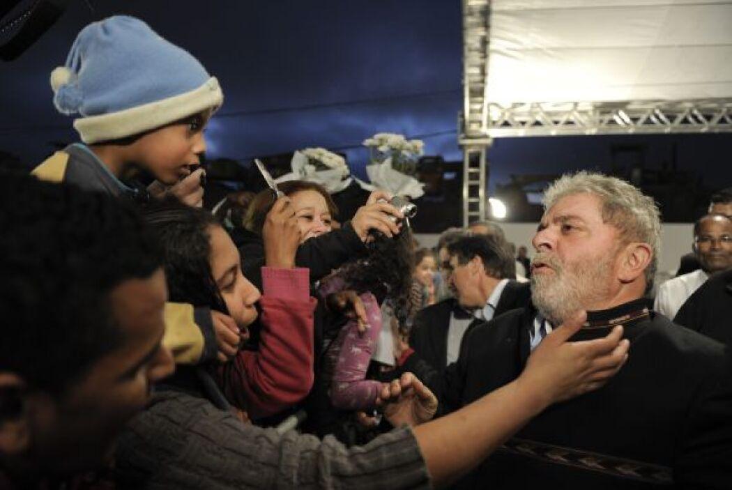 Lula no desaprovechó para saludar a quienes se le acercaban en la ceremo...