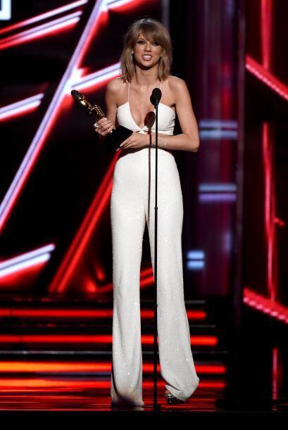 Taylor Swift también fue de las más sexys y elegantes de la noche.