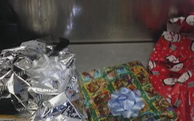 Encuentran más de dos libras de heroína envuelta para regalo en el aerop...