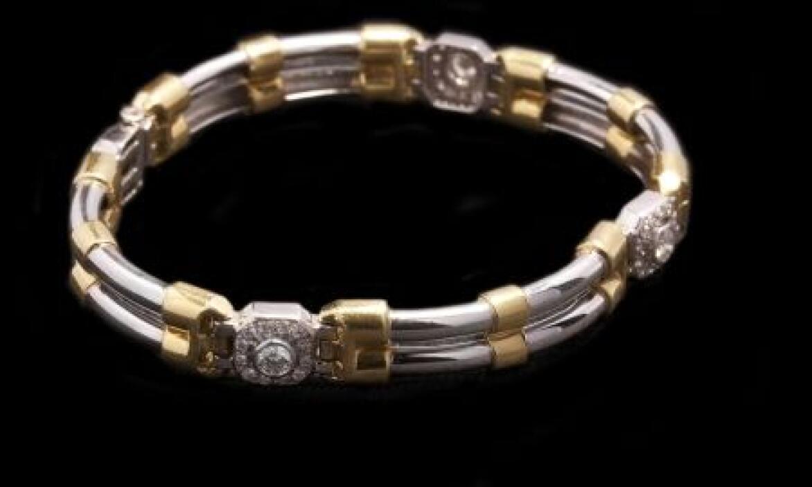 Esta pulsera estilo moderno, en oro blanco y amarillo de 18 pertenece a...