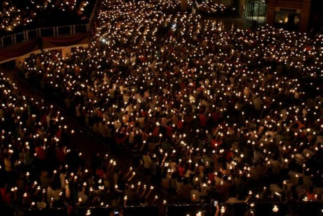 Miles de crisitianos encienden velas para celebrar la Nochebuena en las...