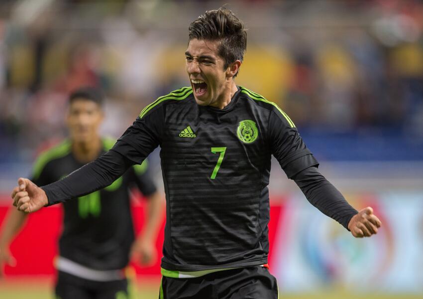 Rodolfo Pizarro festeja su gol ante Senegal.