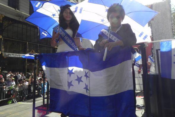 Familias hispanas desfilan por la 5ta Avenida 1c33b0c6d5b64b6a8f5174355c...