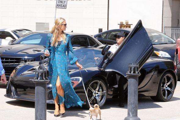 Entregó su coche al valet y se fue. Mira aquí más v...