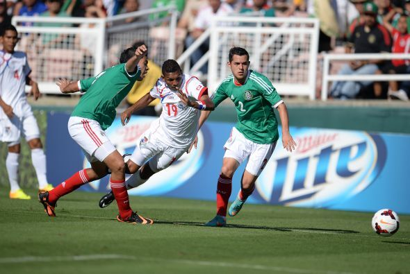 Raúl Jiménez obstruyó a Alberto Quintero con la pierna derecha y el silb...