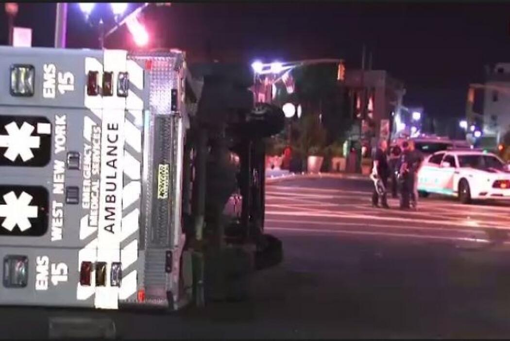 Las imágenes muestran cómo la ambulancia quedó totalmente de costado.
