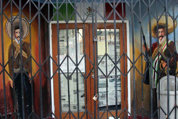 Mural en el cual se plasma a dos huestes de la revolución mexicana. Ubic...