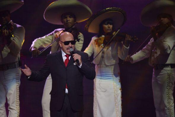 Tras Diana el mariachi sonó y Lupillo Rivera apareció con unas gafas osc...