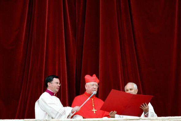 El cardenal chileno Jorge Medina Estévez fue el Protodiácono que anunció...
