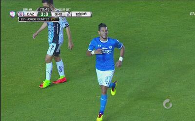 Benítez aprovechó un error defensivo y marcó el 3-0 de Cruz Azul