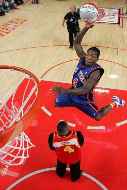 2006 - Nate Robinson, de los Knicks de Nueva York salta sobre el ex camp...