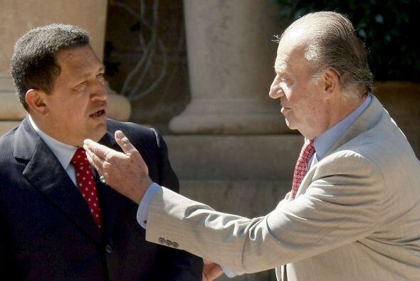 El rey Juan Carlos y el presidente de presidente venezolano, Hugo Chávez...