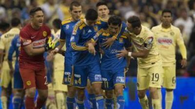 Futbolistas como Damián Álvarez de Tigres, expulsado durante la final de...