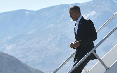 Barack Obama desciende del avión presidencial en una de sus visit...