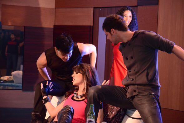 Los bailarines fueron contratados para apoyar a Shanik.