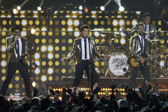 En el Super Bowl XLVIII se contó con la voz excepcional de Bruno Mars en...