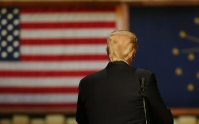 ¿Donald Trump y su campaña le dan la espalda al español?