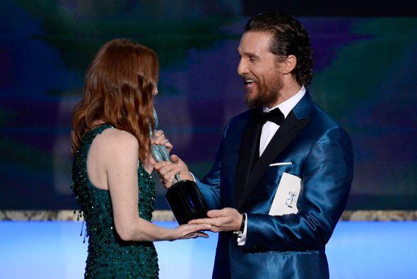 Matthew entregándole su SAG Award a Julianne.
