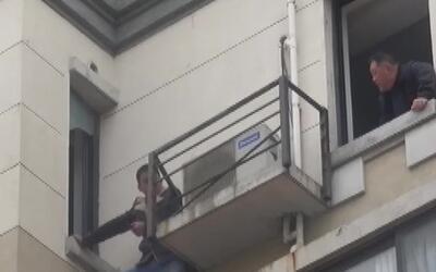 Atrapado y a punto de caer al vacío quedó un ladrón en China que trataba...