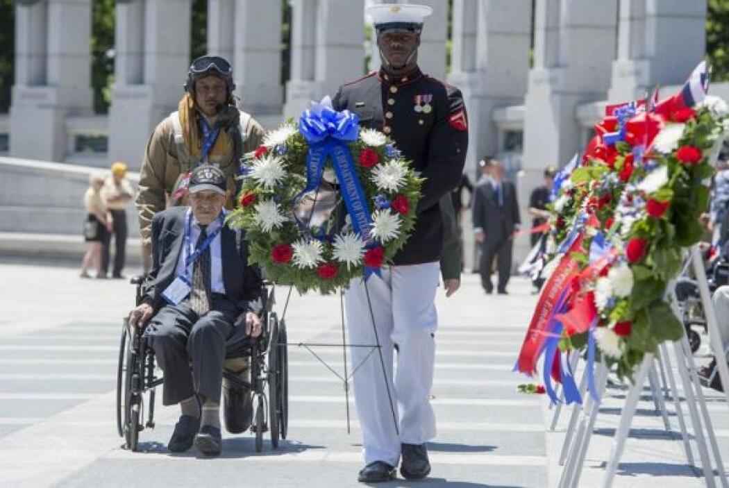 Varios veteranos de la Segunda Guerra Mundial, algunos de ellos en silla...