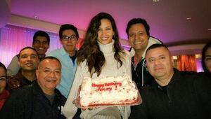 El equipo de 107.5FM sorprendió a Argelia con rico pastel en celebración...