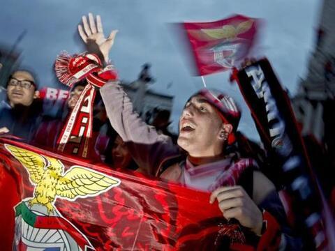 Seguidores del Benfica celebran el 33 º título de Liga después de ganar...