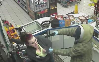 Ladrón encañona a una empleada de una gasolinera y se lleva el dinero de...