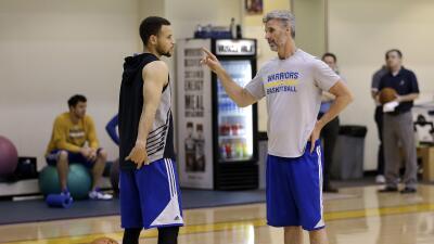 Curry realizó algunos ejercicios, pero no participó en las...