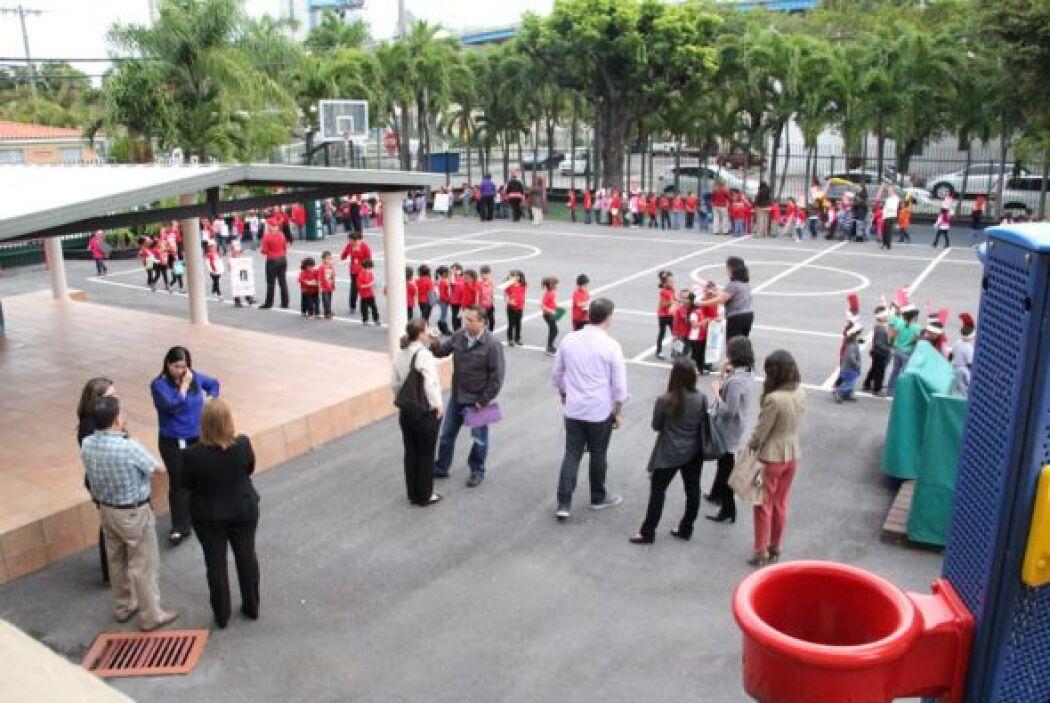 Parte del equipo de 107.5 amor visitó el Centro Mater y compartieron con...