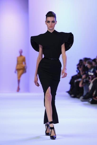 Aunque el negro no faltó en vestidos con siluetas muy estructurad...