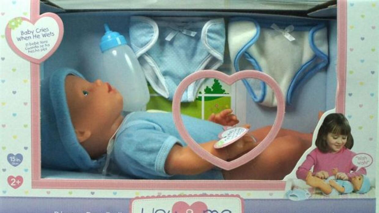 Algunas madres de familia han publicado imágenes del muñeco desnudo expr...