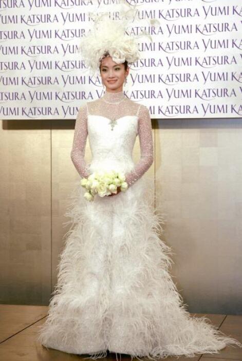 ¿Plumas en tu vestido de novia? Se valen, siempre y cuando no parezcas p...