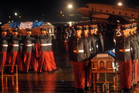 Los tres ataúdes fueron cubiertos con la bandera de Guatemala y Colom en...