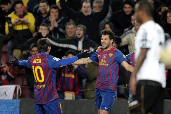 Lionel Messi sirvió una pelota para que Cesc Fábregas picara la pelota a...