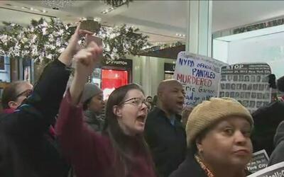 Manifestantes en Macy's Herald Square piden que el detective Daniel Pant...