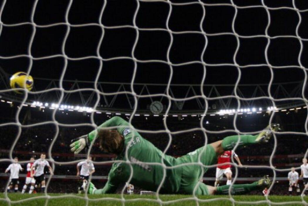 El portero austriaco paró el penalti y frustro al Arsenal.